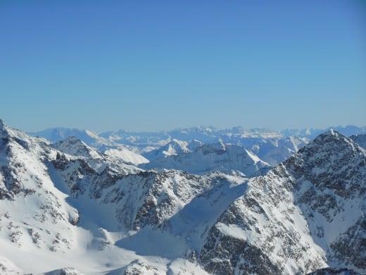 Blick um Gletscher Stubai in die herrliche Berglandschaft..