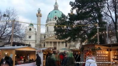 Adventsmarkt am Karlsplatz in Wien