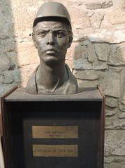 Busto de Juan Santamaría e imagen iconizada de este. Modelo francés