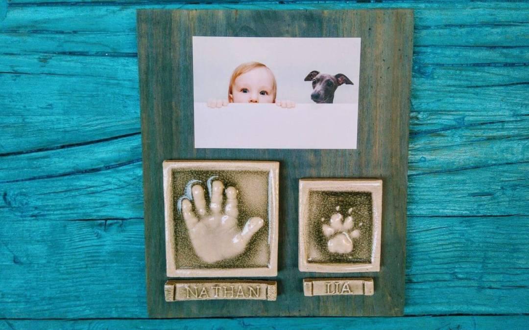 Las huellas de tu bebé y su perrito en cerámica