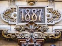 Año de inauguración hecho con cerámica esmaltada