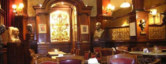 En todas partes hay obras y esculturas que recuerdan a las personalidades que pasaron por sus mesas.