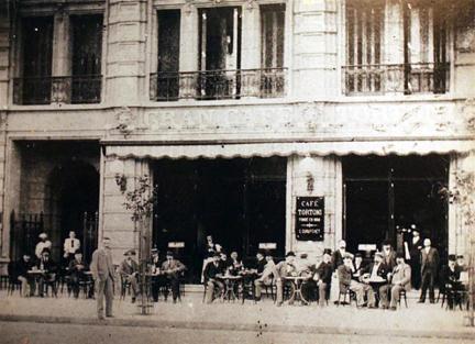 El Café Tortoni fue el primero en contar con mesas en la vereda.