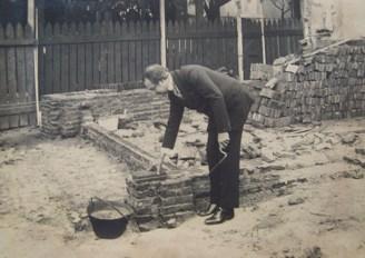 Ricardo Rojas colocando un ladrillo en su futura casa