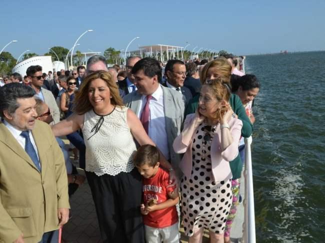 Susana Díaz, junto a Ana Pastor y Javier Barrero, disfrutando del paseo