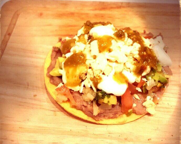 tostada mexicana con frijoles bayos