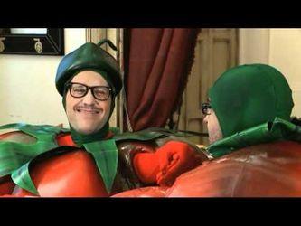Dos tomates y dos destinos. Risas y conciencia ambiental.