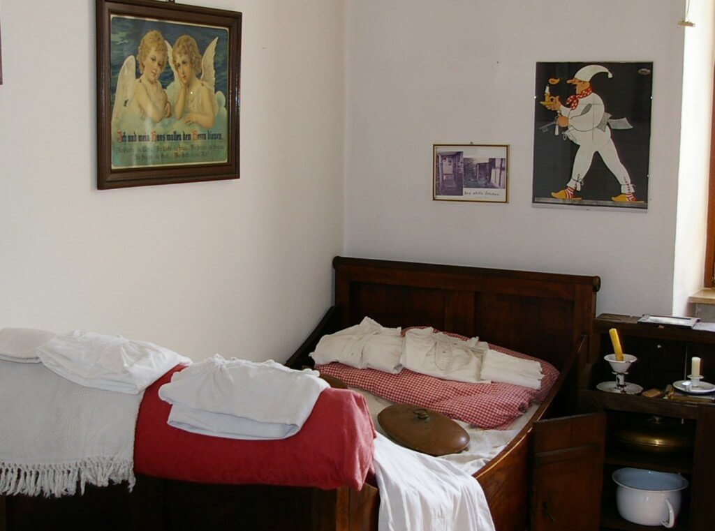 Das Heimatmuseum Friedrichstal - Schlafzimmer in der ehemaligen Lehrerwohnung