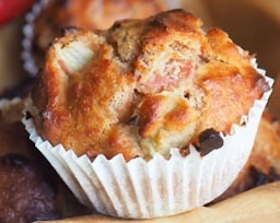 You are currently viewing Petits muffins banane, pomme et raisins