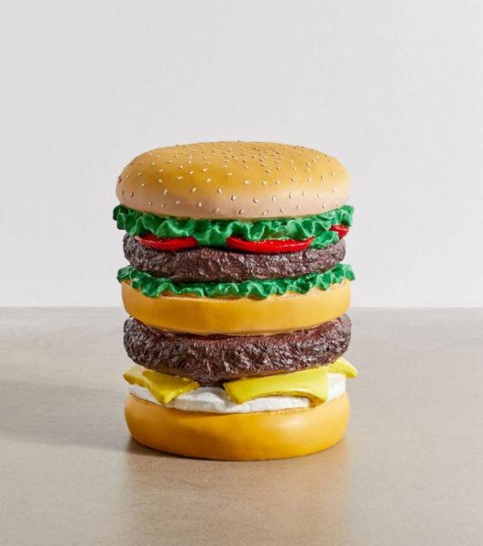 tabouret-en-forme-de-hamburger-geant-fond-blanc