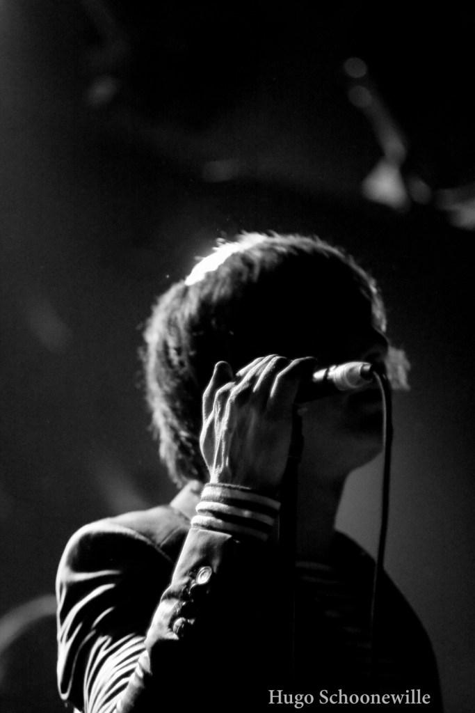 Close-up van een zanger bij een concert in LVC