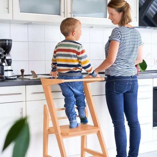 Mit Lernturm gemeinsam mit Kindern kochen