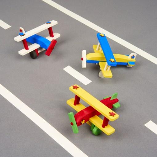 Flugzeuge bemalen am Kindergeburtstag