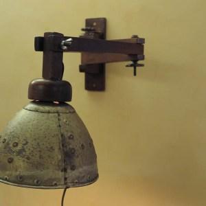 Wandlamp houten arm, blikken kap