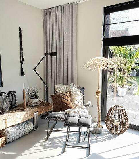 zonlicht door schuifpui vloerlamp fauteuil