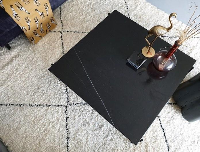 zwarte salontafel op een berber vloerkleed