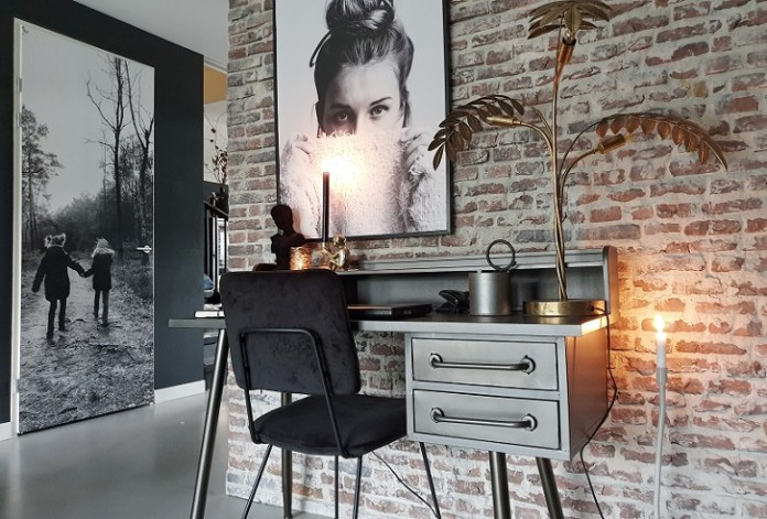bureau bakstenen muur