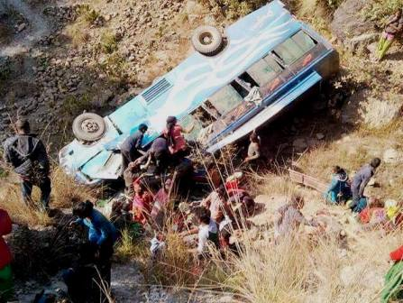 सल्यानमा बस दुर्घटना, ३ को मृत्यु, ३० जना घाईते