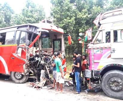 सडक दुर्घटनामा २ जनाको मृत्यु, ३२ घाइते, ११ जनाको अवस्था गम्भीर(घाइतेको विवरण सहित)