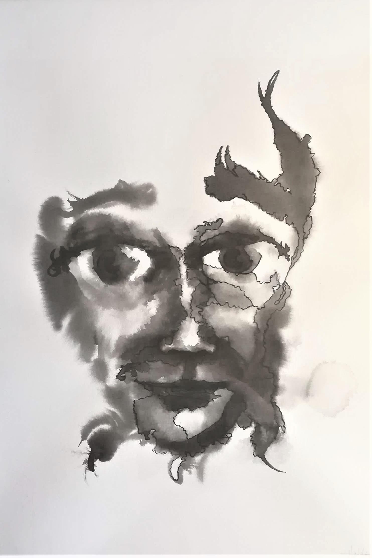 Ett ansikte målat med svart färg på vitt papper med stora ögon och ett lätt leende.