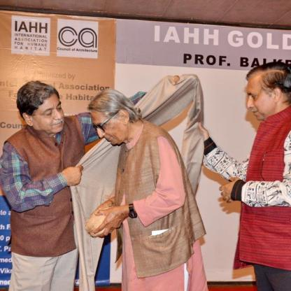 Ar. Divya Kush, President, IIA honoring Prof. B. V. Doshi with a shawl in a traditional gesture.
