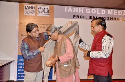 Ar. Divya Kush, President, IIA honoring Prof. B. V. Doshi with a shawl in a traditional gesture.