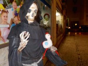 image cocotte avec statue de la mort