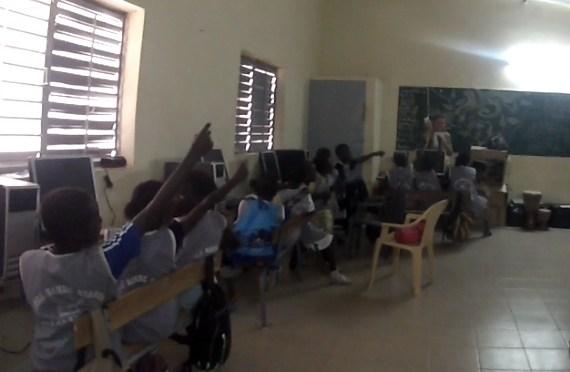 photos d'écoliers levant la main suite aux questions d'élodie