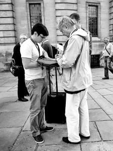 Verdens mest berømte ateist må ofte skrive autografer. Som her ved humanistbevegelsens verdenskongress i Oxford i sommer. Foto: Arnfinn Pettersen.