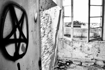 Under satanismepanikken på 1980- og 1990-tallet fusjonerte groteske historier fra terapirommet og ledende avhørsteknikker av barn med folkelige forestillinger om hemmelige overgrepssekter. Tegninger av pentagrammer og rockemusikk ble tolket som tegn på at de farlige satanistene faktisk fantes og var ute etter uskyldige barn de kunne misbruke og ofre til satan. Foto: Yaymicro.