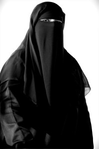 Å iføre seg det heldekkende ansiktsplagget niqab signaliserer at man skiller seg fra den jevne muslim og samfunnet for øvrig. Foto: Yaymicro.