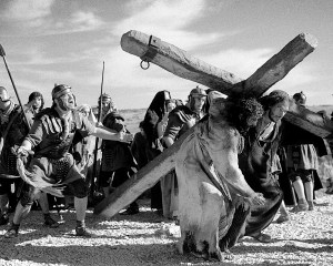 Korsfestelsen av Jesus skildres på en måte som nærmer seg skrekkfilmen i Mel Gibsons film The Passion of the Christ. Foto: Scanbox.