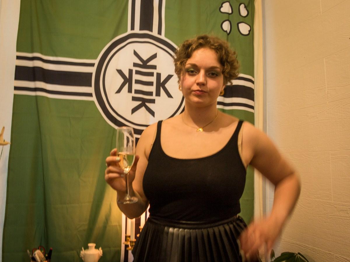 Lilith Keogh vil utfordre politisk korrekthet i kunstverdenen. Flagget symboliserer Kekistan, et fiktivt hjemland for alt-rightere som mener seg forfulgt av den samme korrektheten. Foto: John Færseth