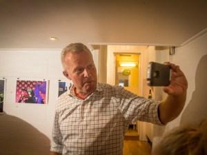 Hans Jørgen Lysglimt Johansen er glad i å filme seg selv. Her er han i ferd med å rapportere fra vernissasjen. Foto: John Færseth