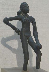 Tanssiva tyttö, patsas Induskulttuurista. Kuva: Wikipedia.