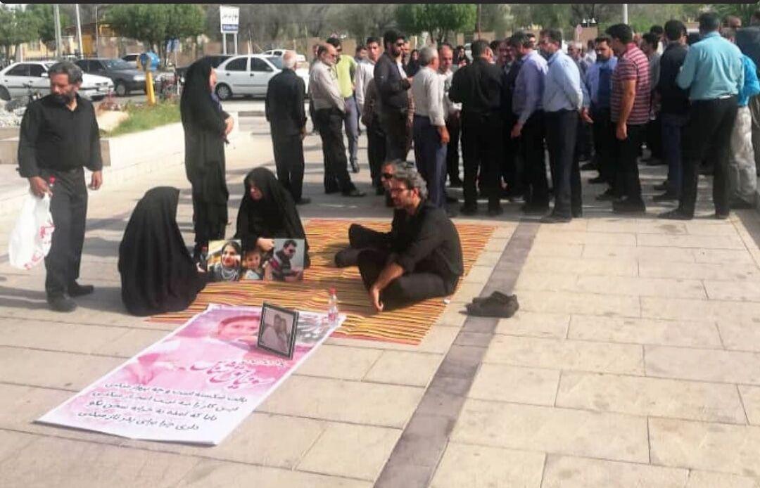 تجمع اعتراضی خانواده های قربانیان حادثه تصادف محور جهرم به لار