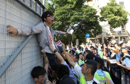 """Scholarism Pushes C.Y. Leung on Universal Suffrage"" – Tse Wing Yiu – Apple Daily"