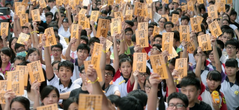 """Open the Door"": 1,500 Hong Kong High School Students Strike. By Lo Kwan Ho. Apple Daily"