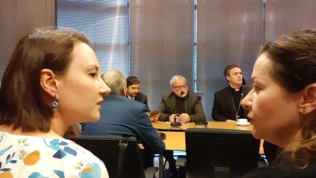 Twee vrouwen van Pax bij bespreking tussen verschillende religieuze leiders in Oekraïne. Ze zitten aan een ronde tafel om over vrede en godsdienstvrijheid te praten.