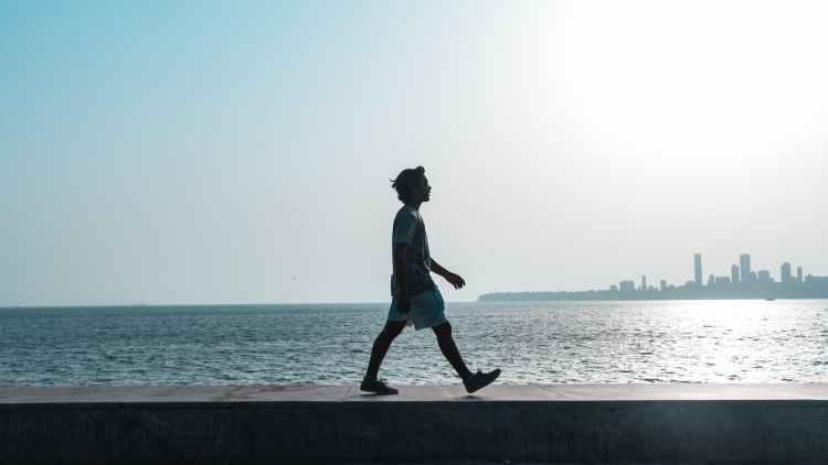 Homme marchant vers sa nouvelle vie.