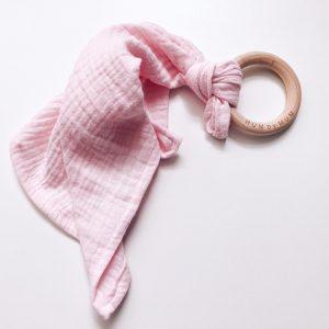 Knuffeldoekje licht roze van katoen met houten beuken ring