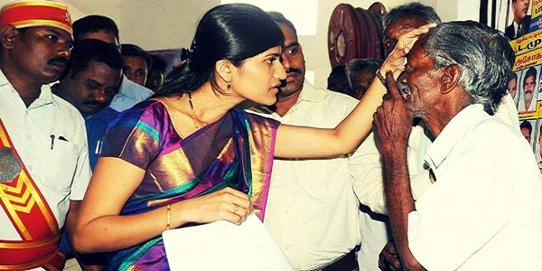 seeing-her-father-being-helpless-to-get-a-signature-of-collector-1