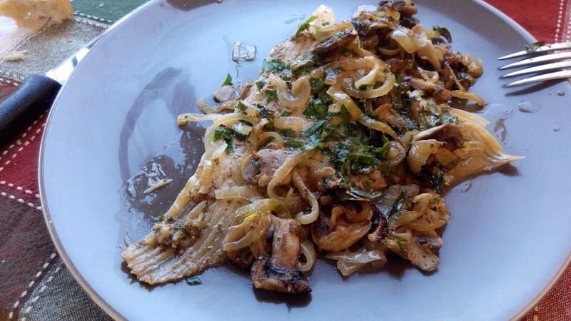 Aile de raie au four, vin blanc et champignons