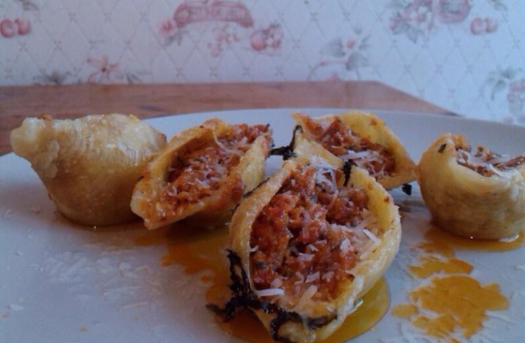 Conchiglionis farcis au jambon cru, tomates séchées, pignon et basilic