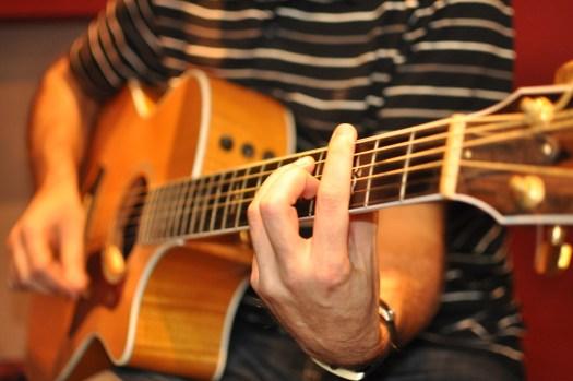 Hombre tocando guitarra acústica