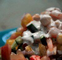 סלט ירקות עם חומוס ורוטב יוגורט-טחינה