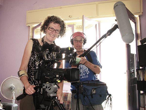 טרבור וג'ני, עושים סרט על חומוס.