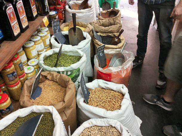 שקי הקטניות אצל גבאי בשוק לוינסקי