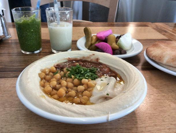 מנת חומוס פול אצל אבו מרון בתל-אביב.