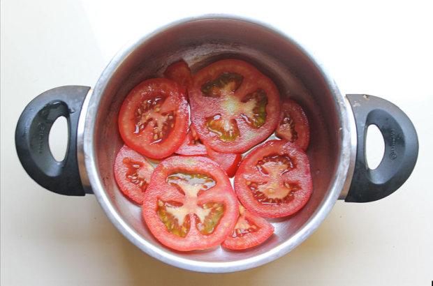 תחתית הסיר מרופדת בפרוסות עגבנייה